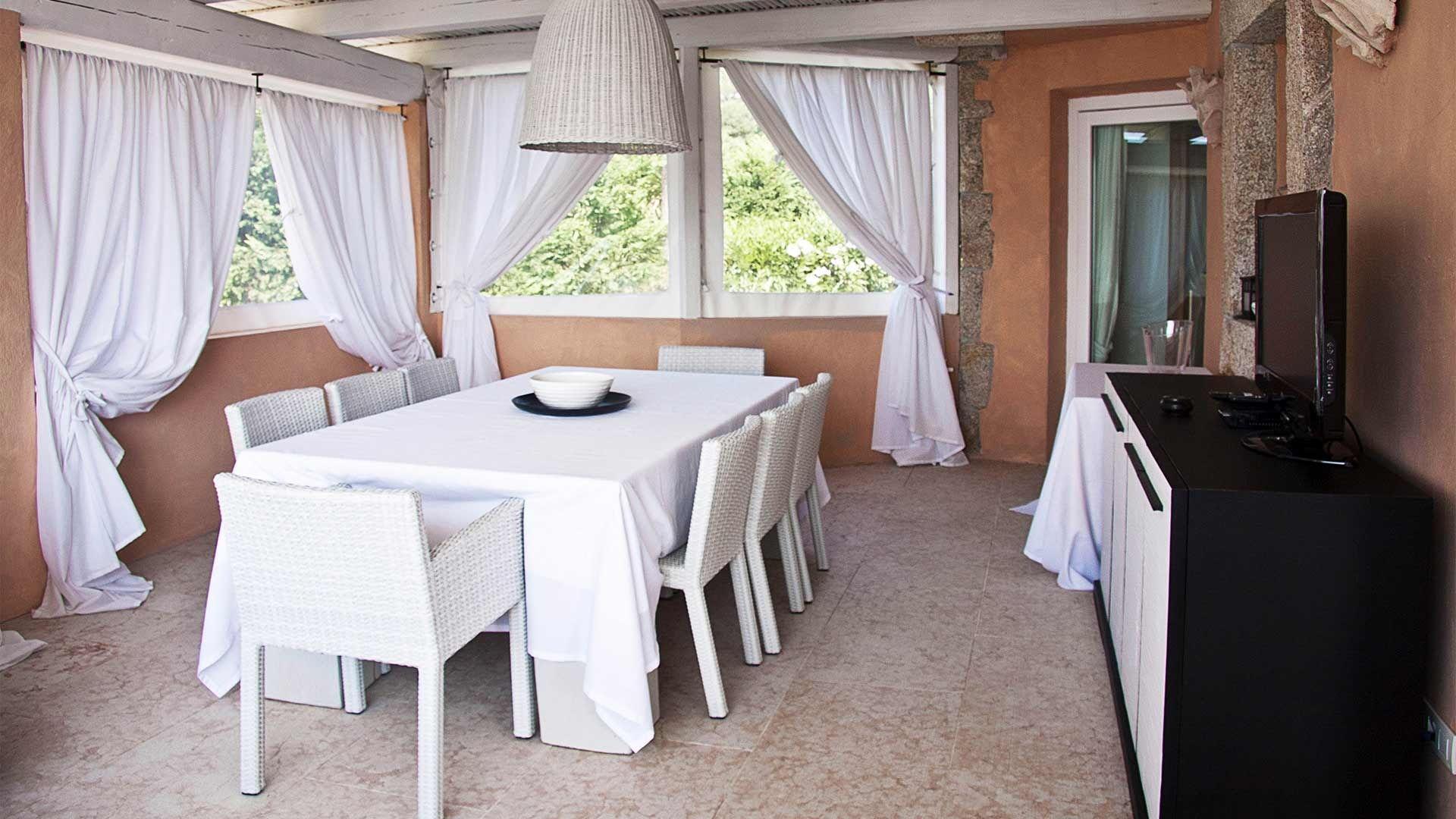 stilvolle ferienvilla auf sardinien mit pool und traumaussicht. Black Bedroom Furniture Sets. Home Design Ideas
