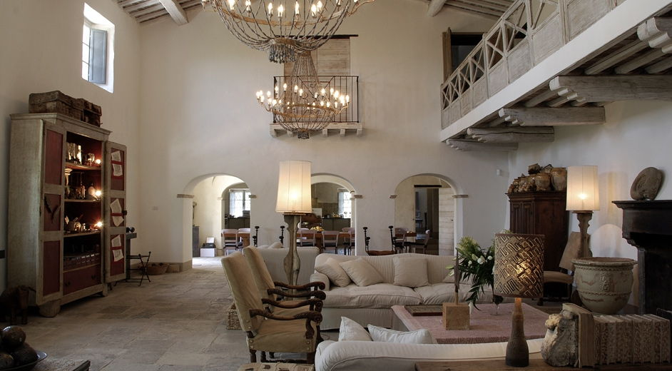 Deluxe designer vacation home to rent near siena in tuscany for Italian villa interior
