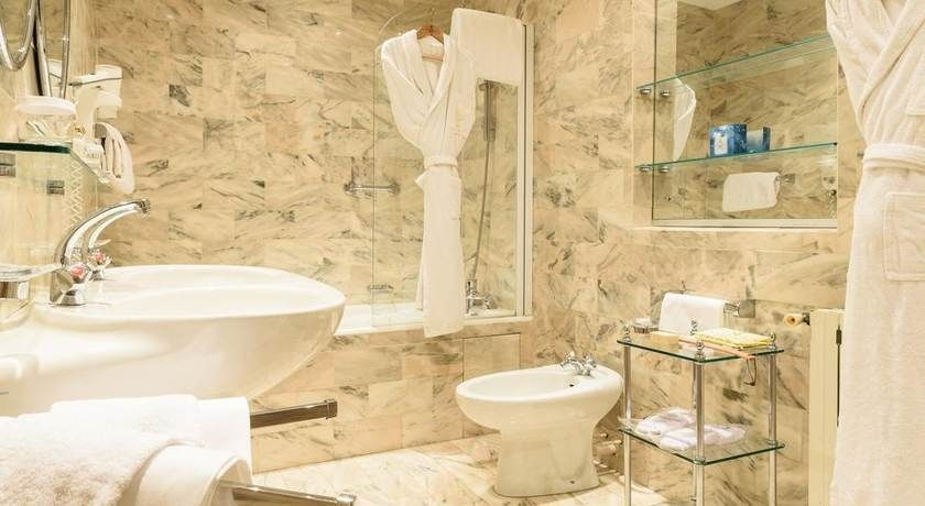 Die Geräumige Suite Biarritz Bietet Panoramablick über Biarritz Und Einen  Separaten Sitzbereich. Zimmerausstattung: Aussicht , Telefon, Radio,  Satelliten TV ...