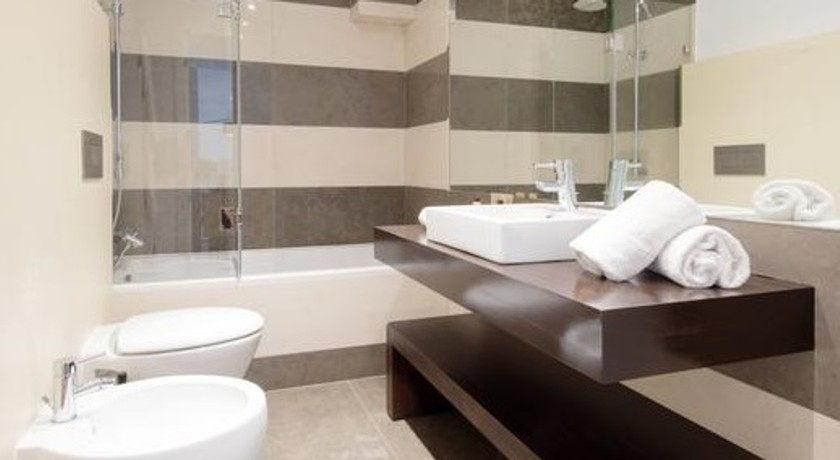 Dieses Apartment Mit 1 Schlafzimmer Verfügt über Ein Separates Wohnzimmer  Mit Einer Küchenzeile Und Einem Angrenzenden Schlafbereich Mit Einem  Etagenbett.